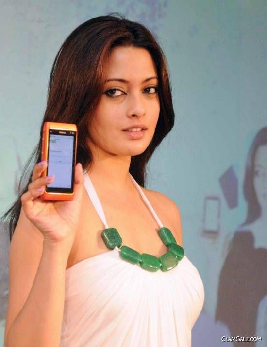 Riya Sen Unveils Nokia N8 Phone